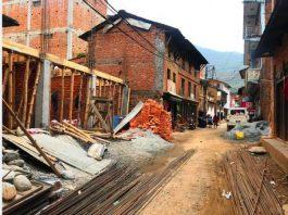 बागलुङ बजार : निर्माण सामाग्रीले अस्तव्यस्त सडक
